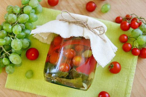 Консервированные помидоры черри с виноградом