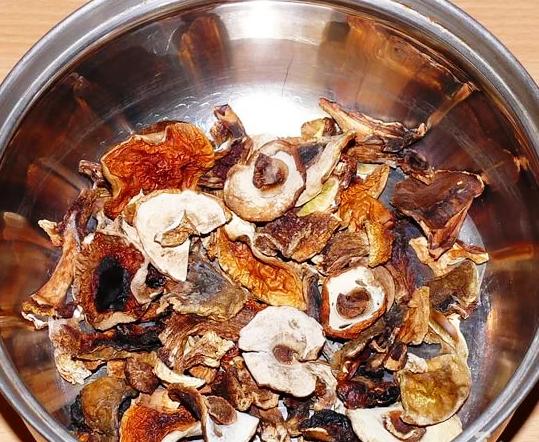 Отдельно замочить сухие грибы